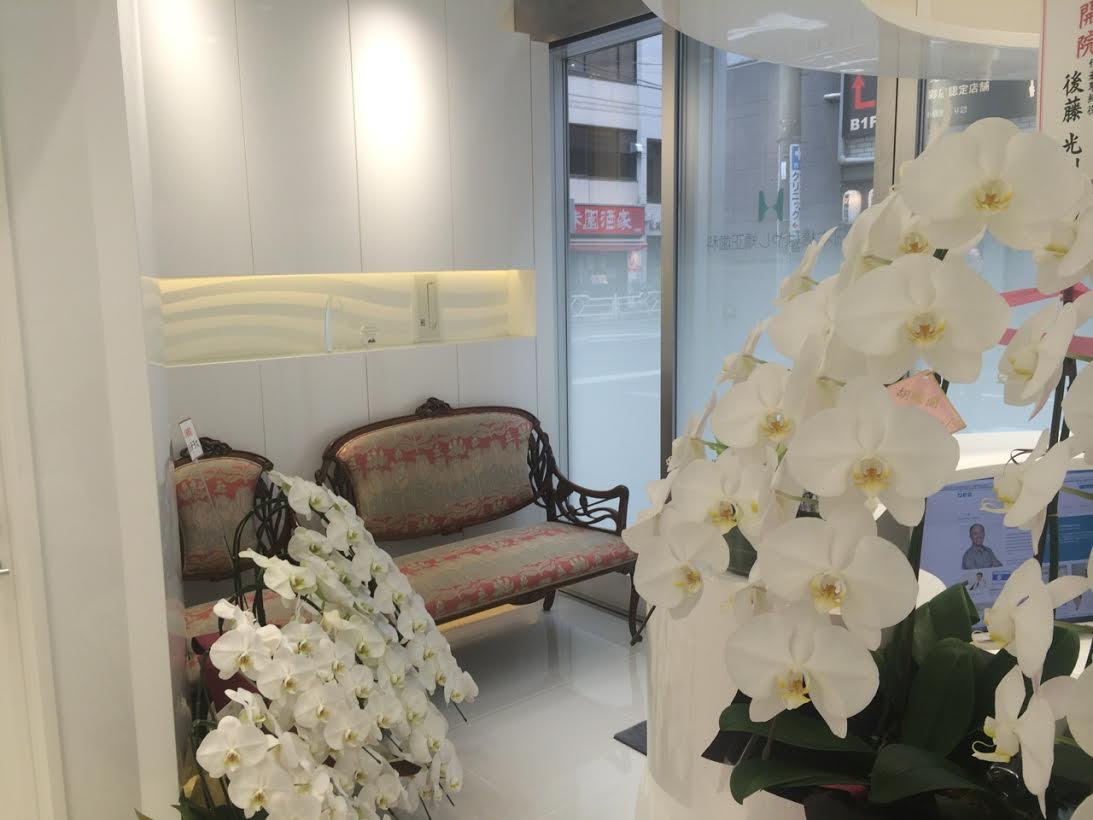 お花でいっぱいの待合室。家具や調度品は先生セレクト。