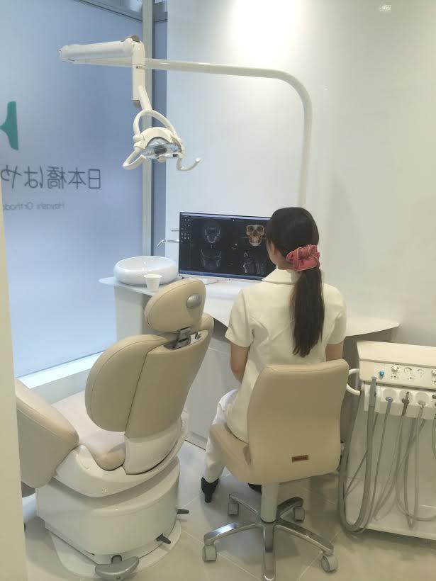 診察室と歯科衛生士